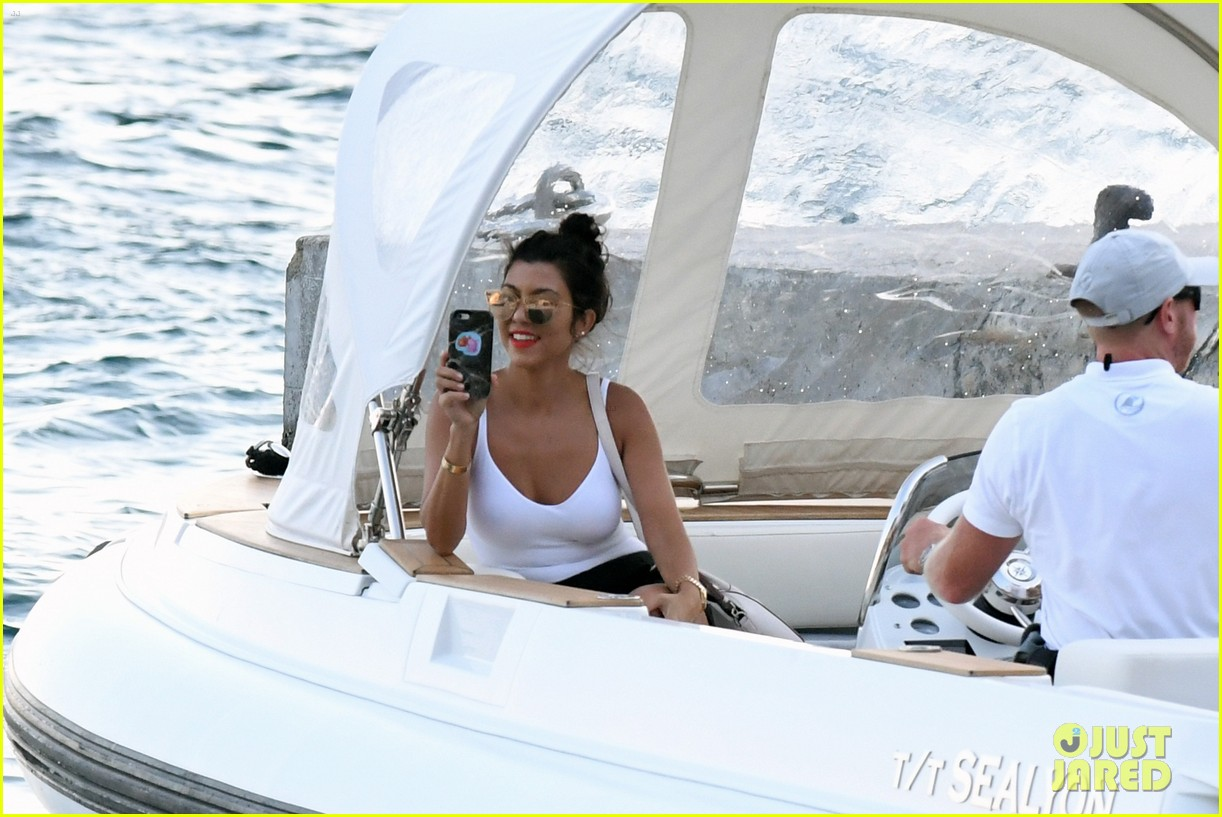 kourtney kardashian kris jenner capri vacation 26