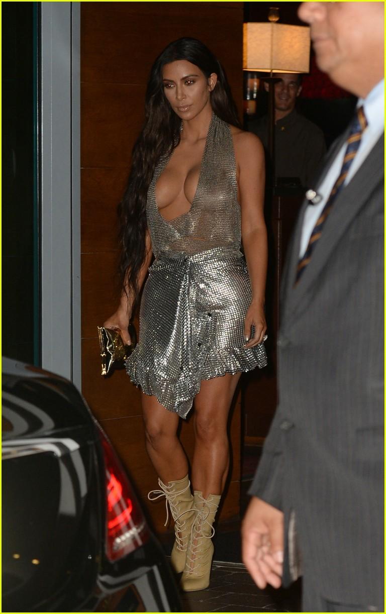 Kim Amp Kourtney Kardashian Head To Kanye West S Concert In