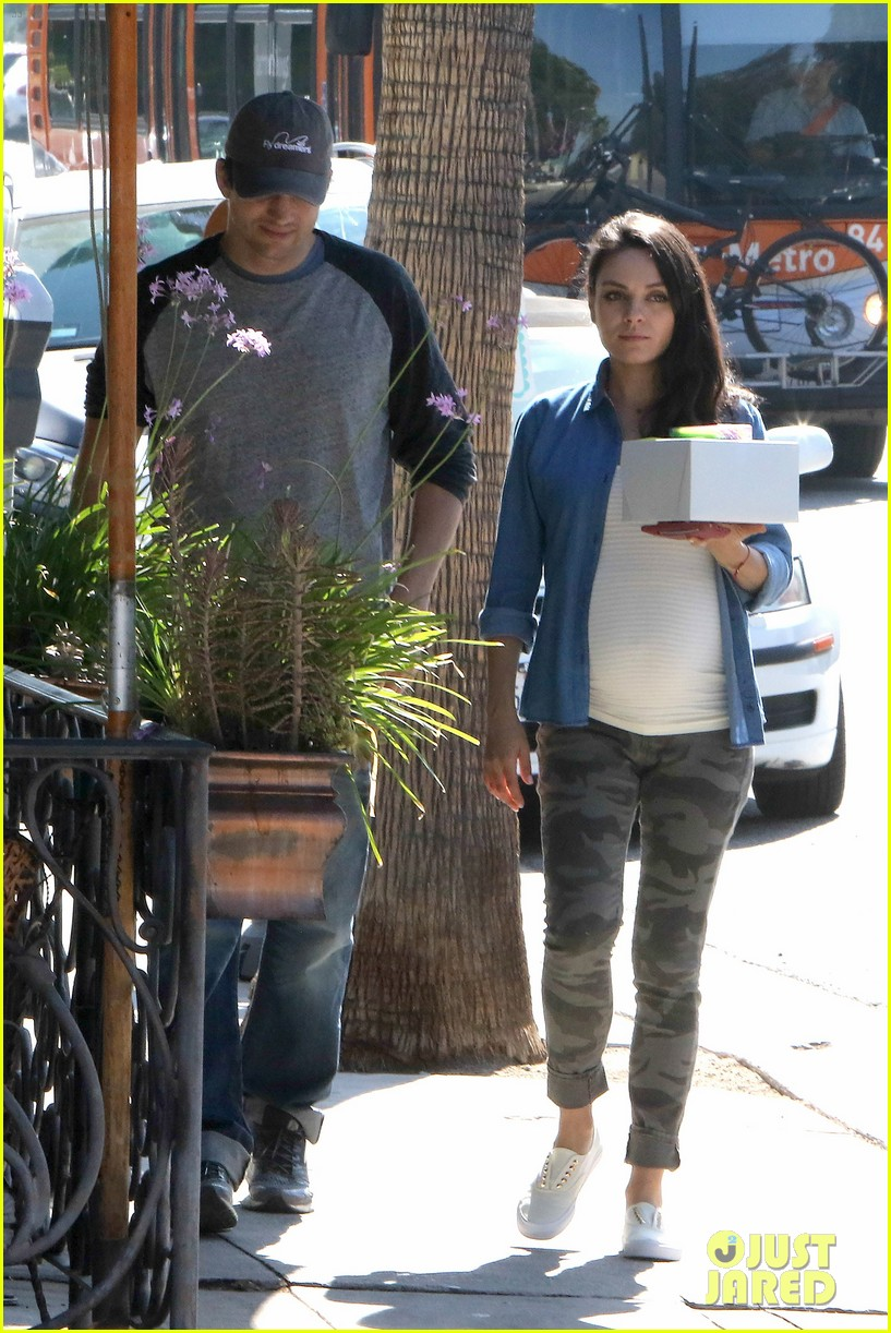 ashton kutcher amp pregnant mila kunis load up on sweets
