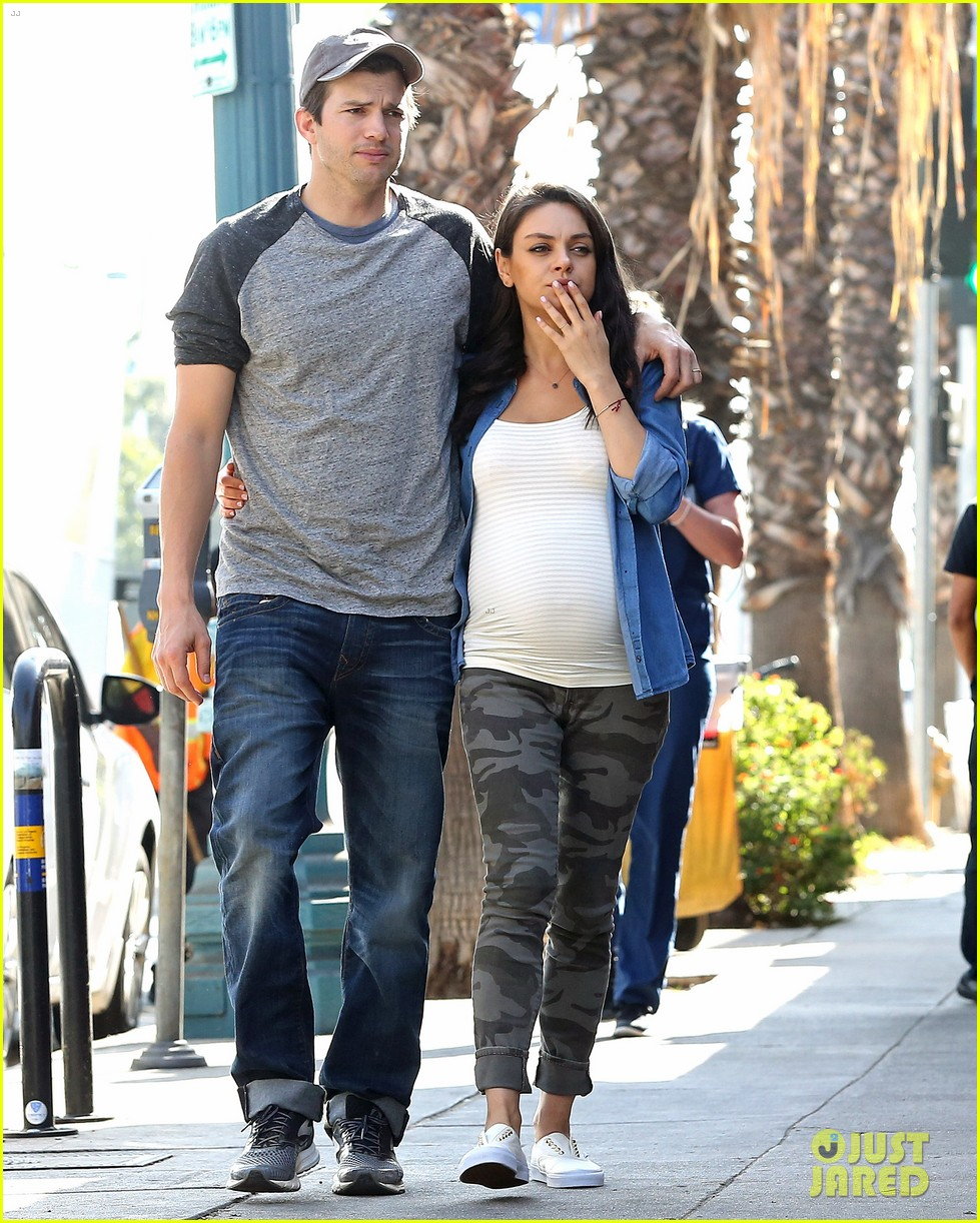 ashton kutcher amp pregnant mila kunis make a cute couple
