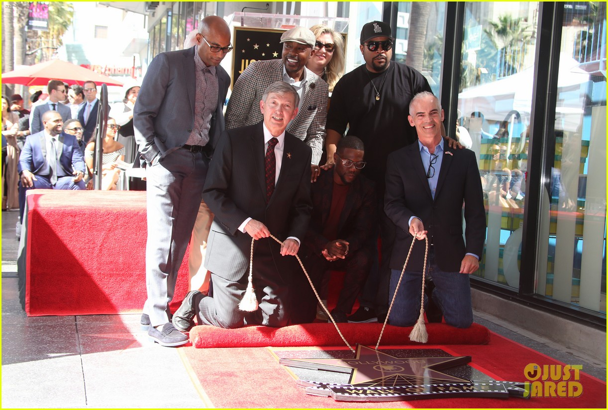 kevin hart gets support from family halle berry at walk of fame ceremony 24