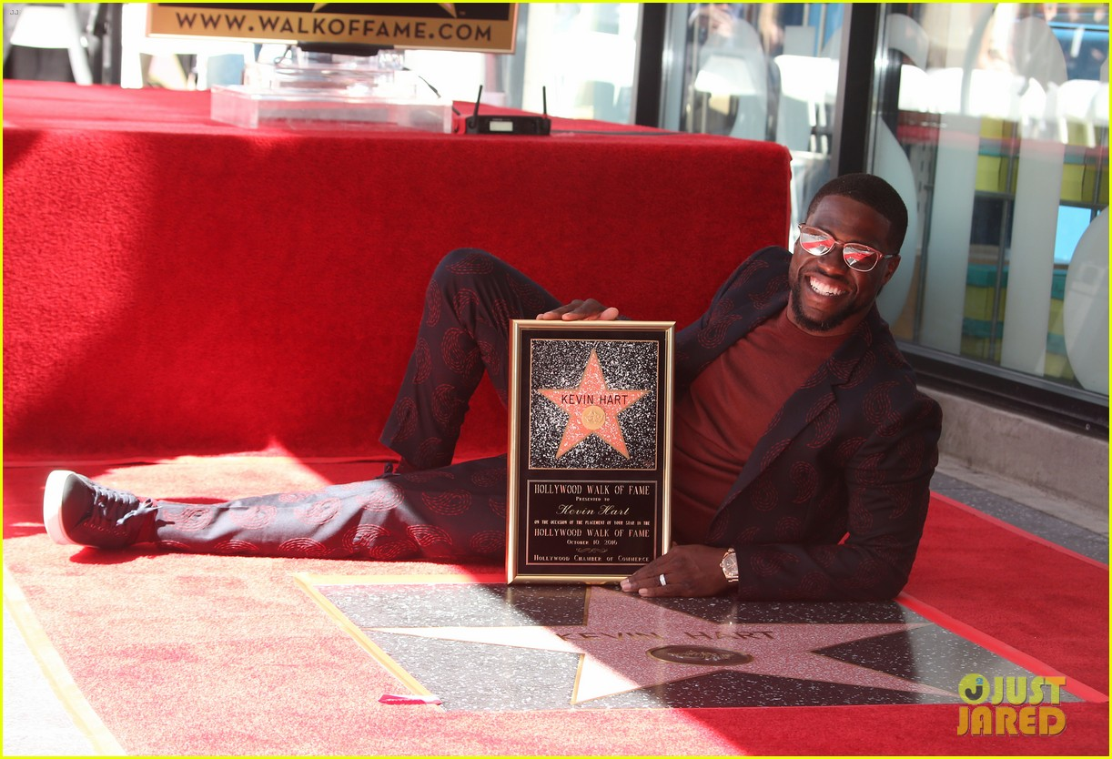 kevin hart gets support from family halle berry at walk of fame ceremony 30