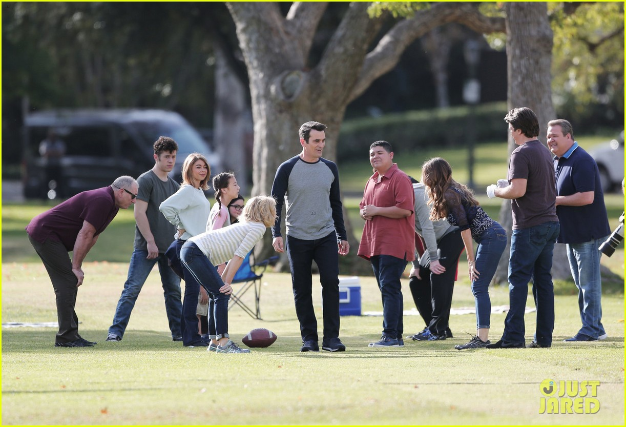 modern family cast plays football thanksgving episode 013781747