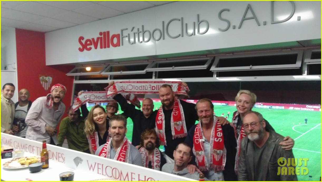 Conventions et autres sorties - Page 2 Kit-harington-emilia-clarke-game-of-thrones-cast-cheer-on-sevilla-at-football-match-05