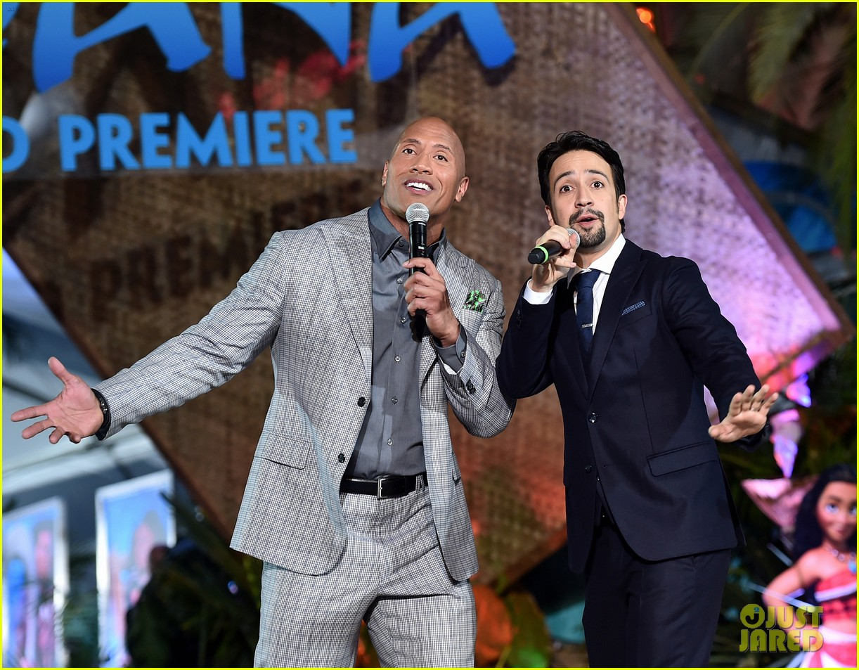 dwayne johnson sings on stage at moana premiere 023808896