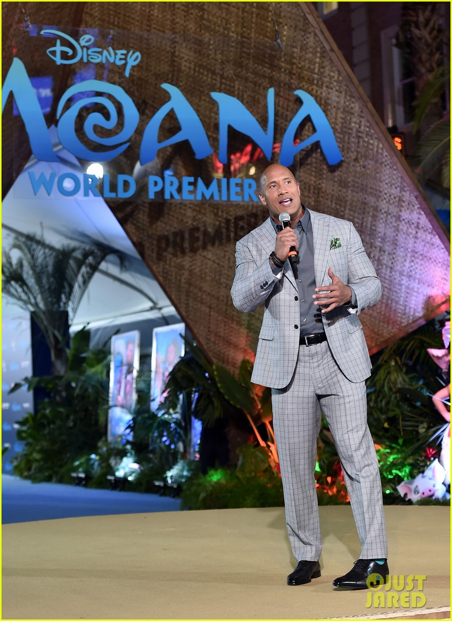 dwayne johnson sings on stage at moana premiere 06