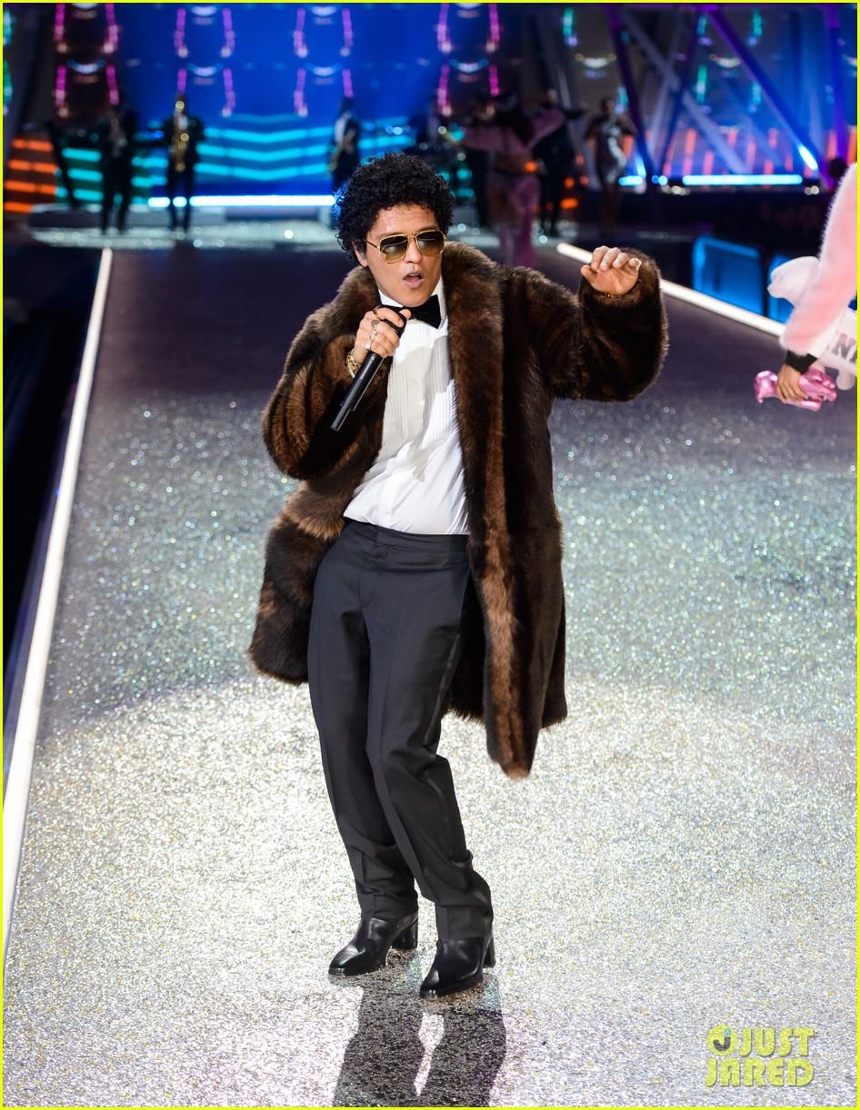 ... Bruno Mars' Two Performances at the Victoria's Secret Fashion Show