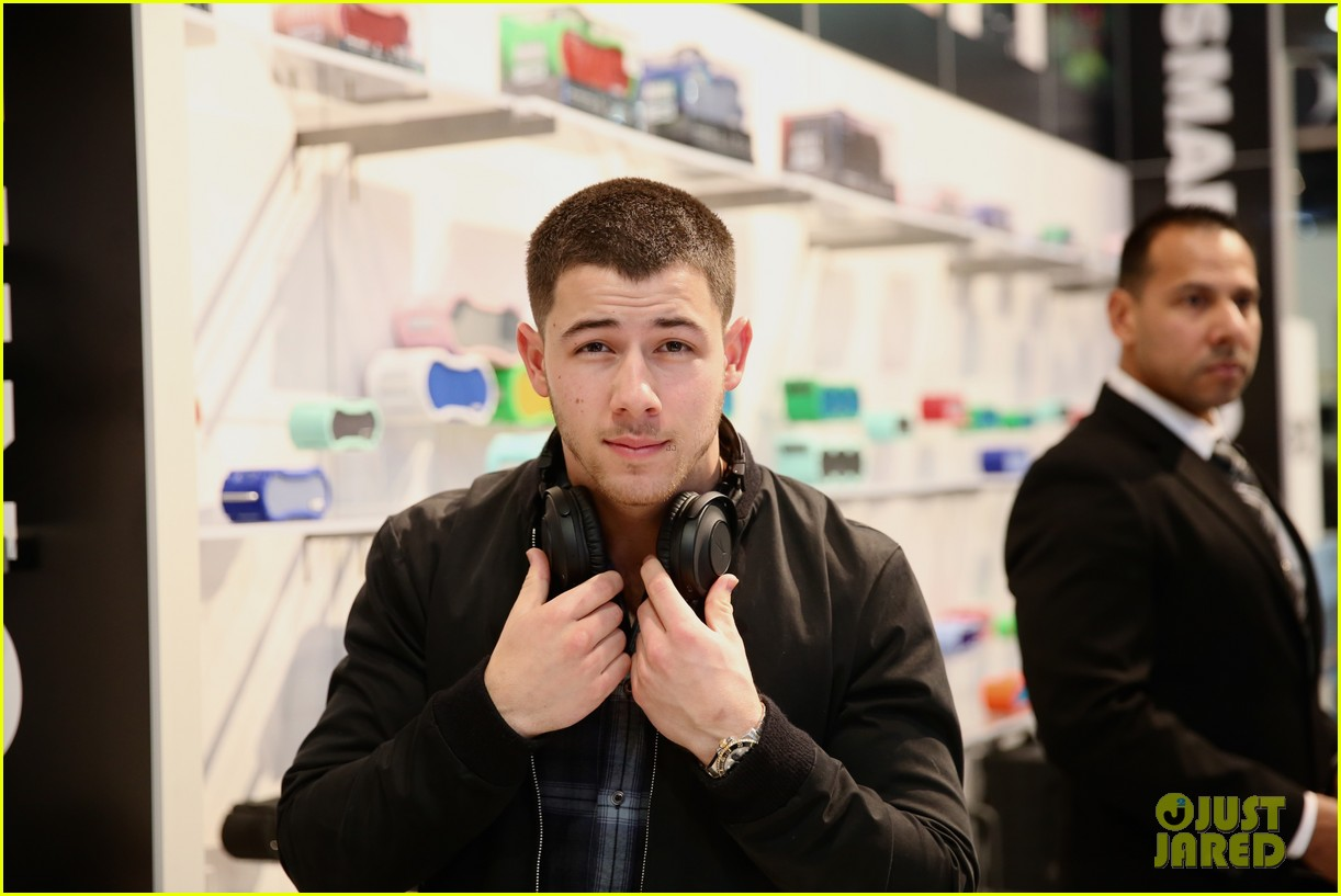 nick jonas suits up for obamas star studded final white house party 023838251
