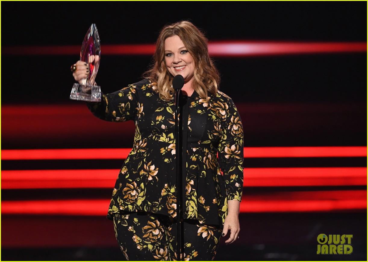 melissa mccarthy and sarah jessica parker win favorite actress at peoples choice awards 06