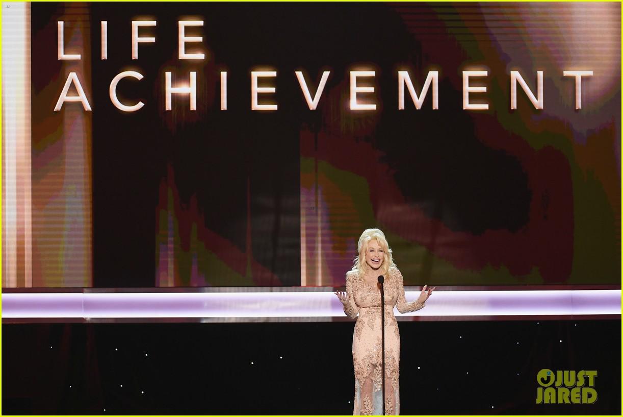 dolly parton honors her friend lily tomlin at sag awards 2017 033849905