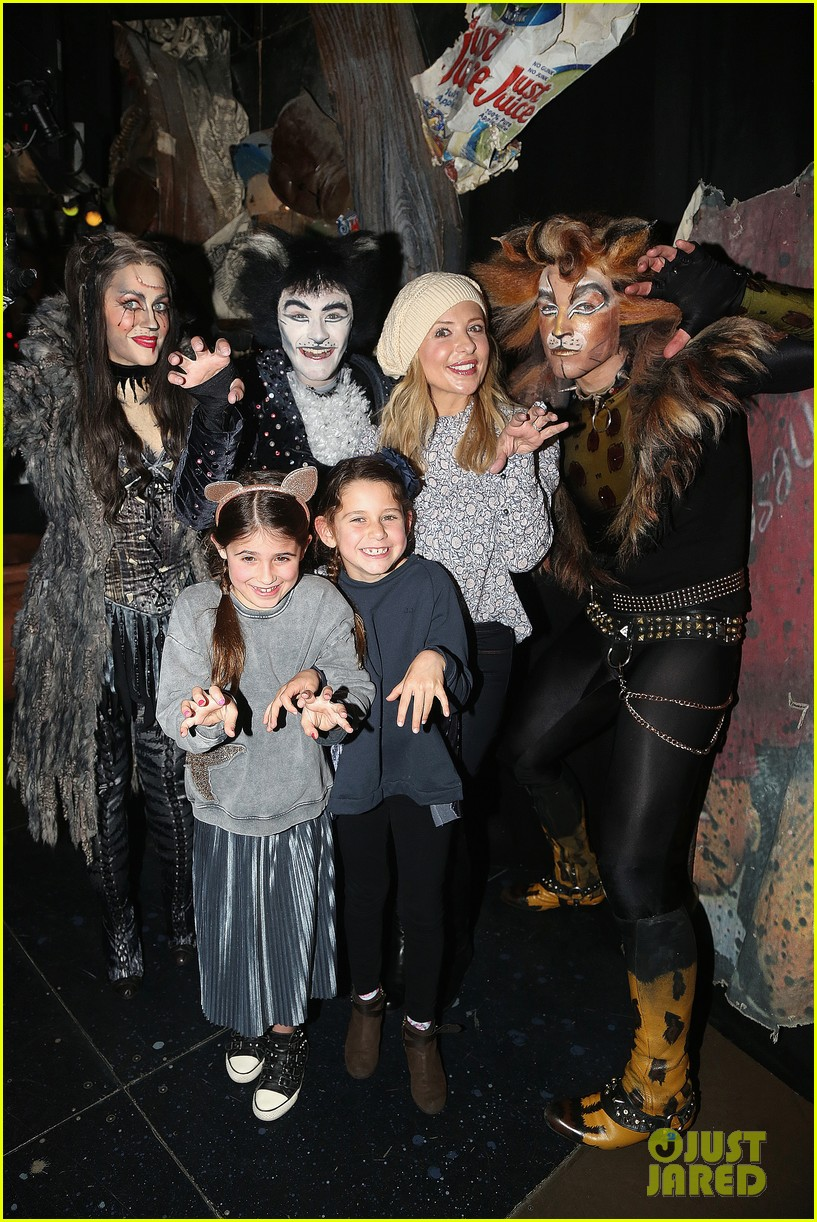 sarah michelle gellar checks out broadways cats with daughter charlotte 02