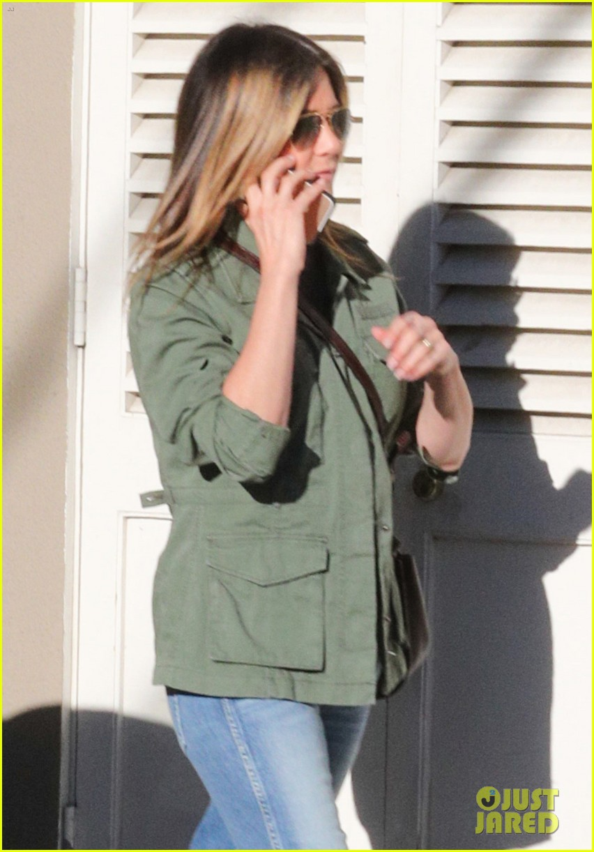 jennifer aniston spends the afternoon shopping 02
