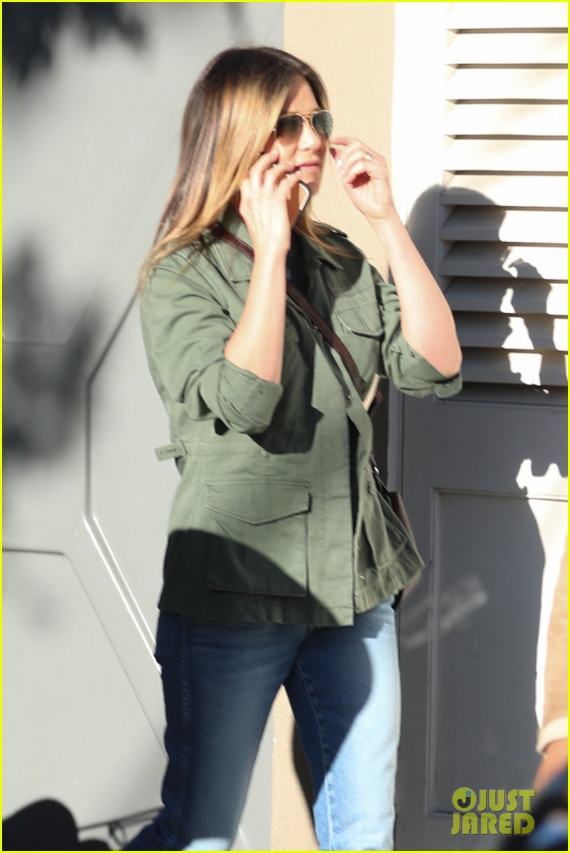 jennifer aniston spends the afternoon shopping 033871594