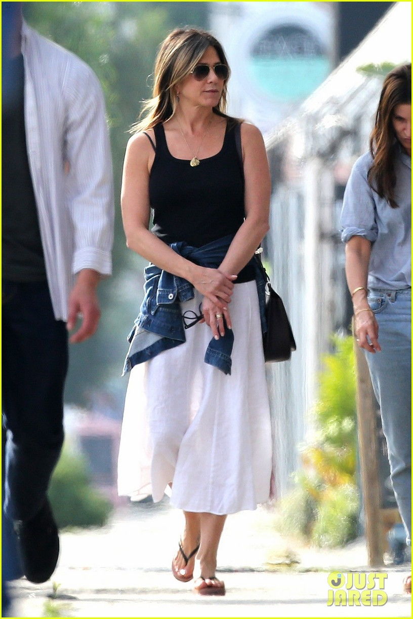 jennifer aniston shops west hollywood 023874101