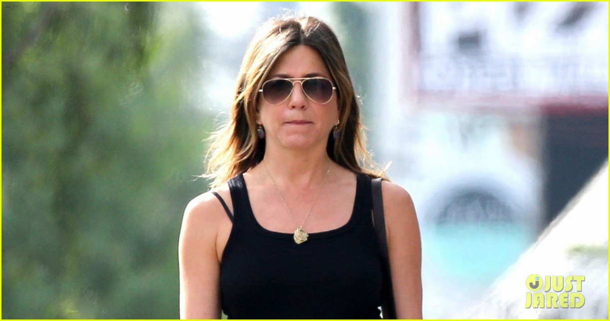 jennifer aniston shops west hollywood 033874102