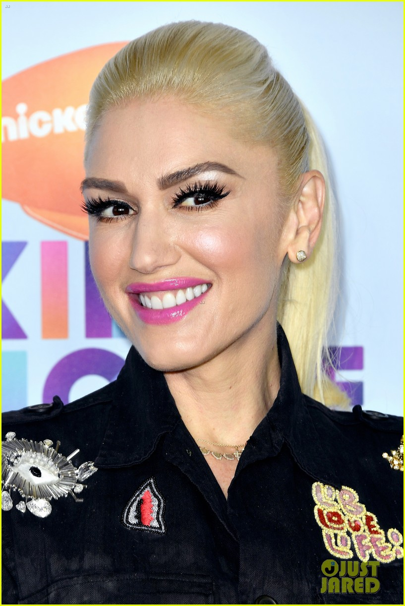 gwen stefani rocks thigh high boots to kcas 043872730