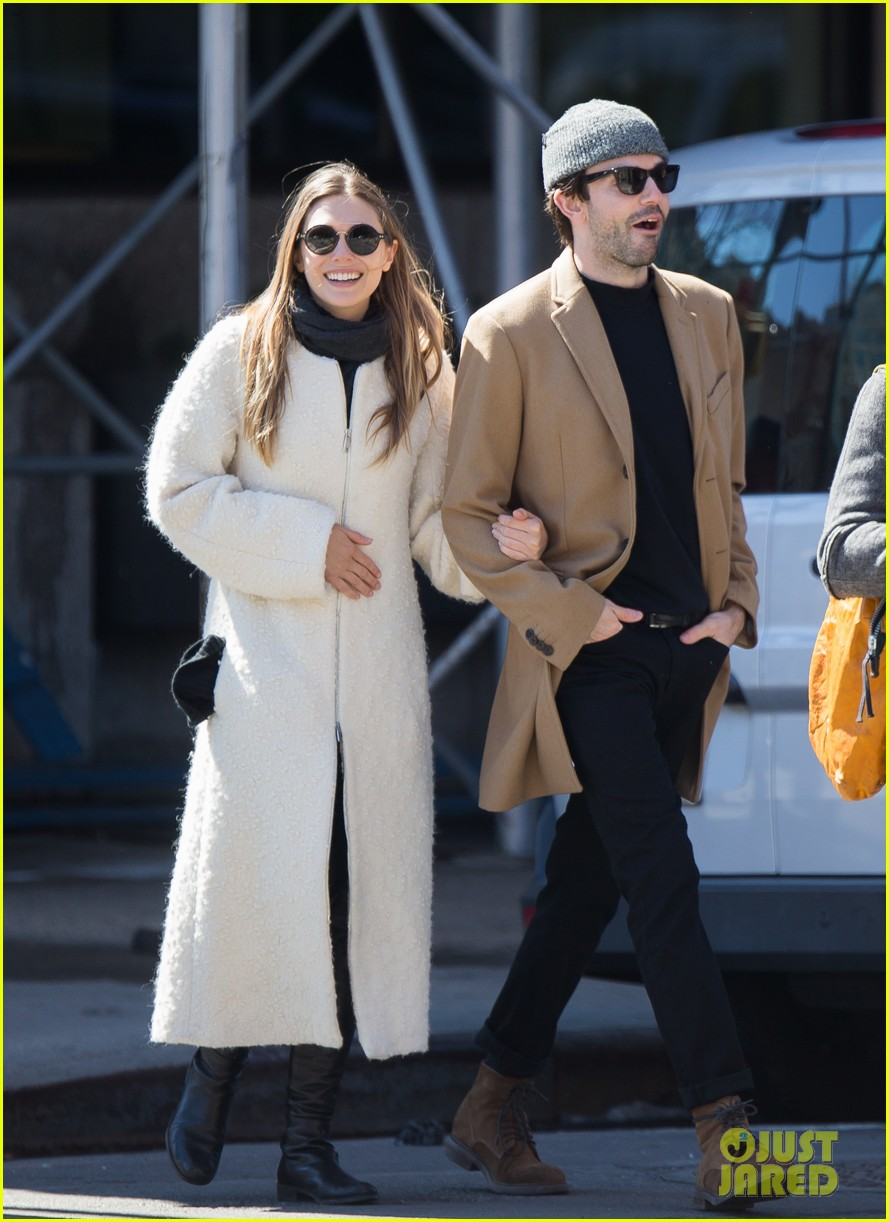 elizabeth olsen holds hands with mystery guy in new york 013876527