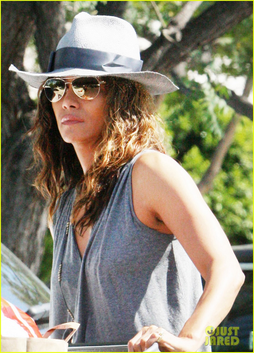 halle berry kicks off easter weekend with good friday post 043886012