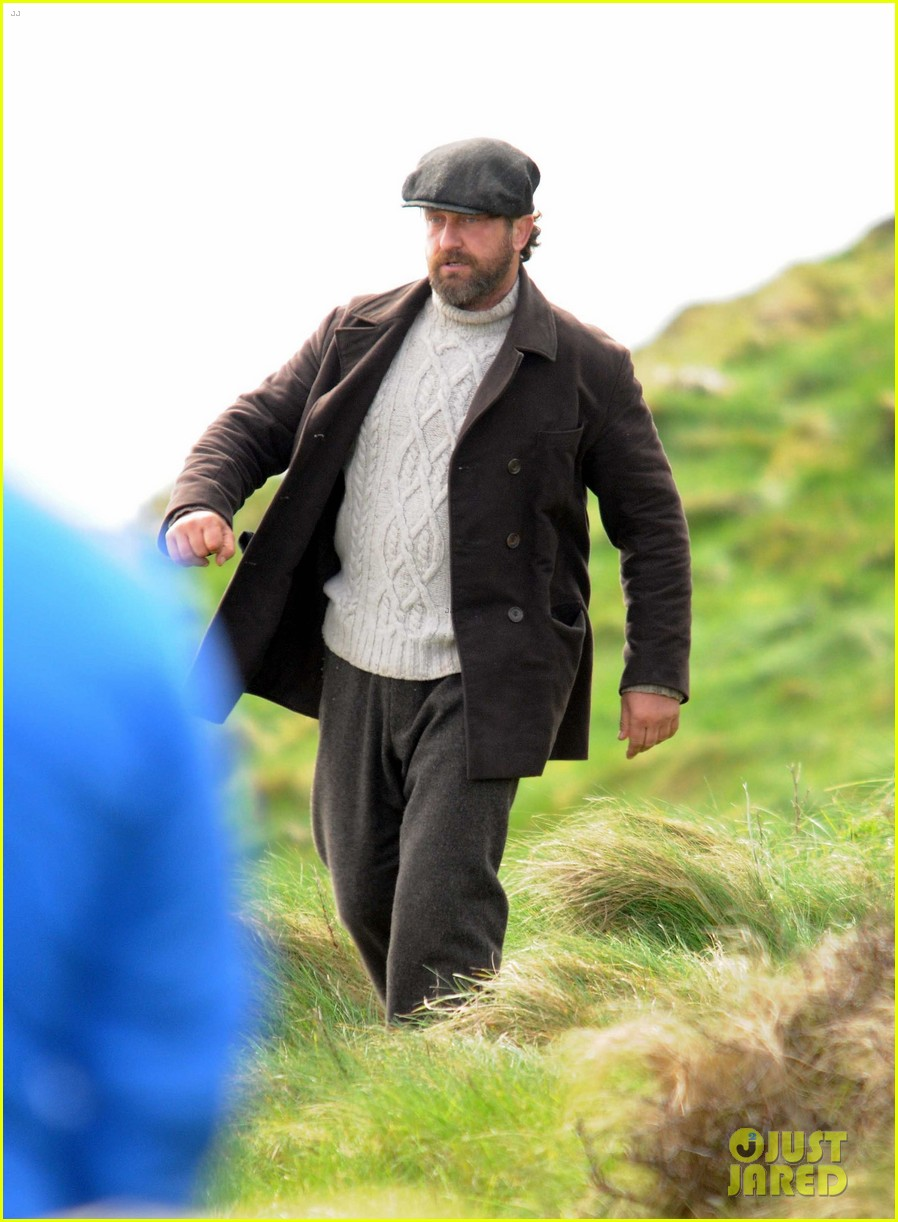 gerard butler gets to work on keepers in the fields of scotland 053883248