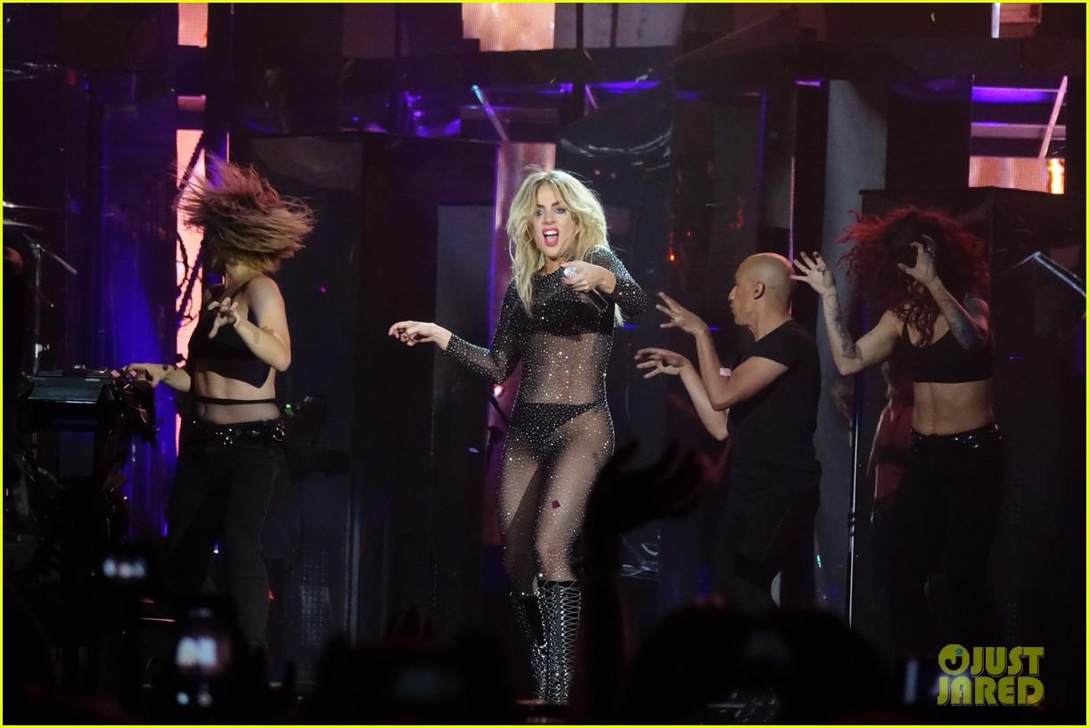 Lady Gaga - Σελίδα 3 Lady-gaga-coachella-fashion-05