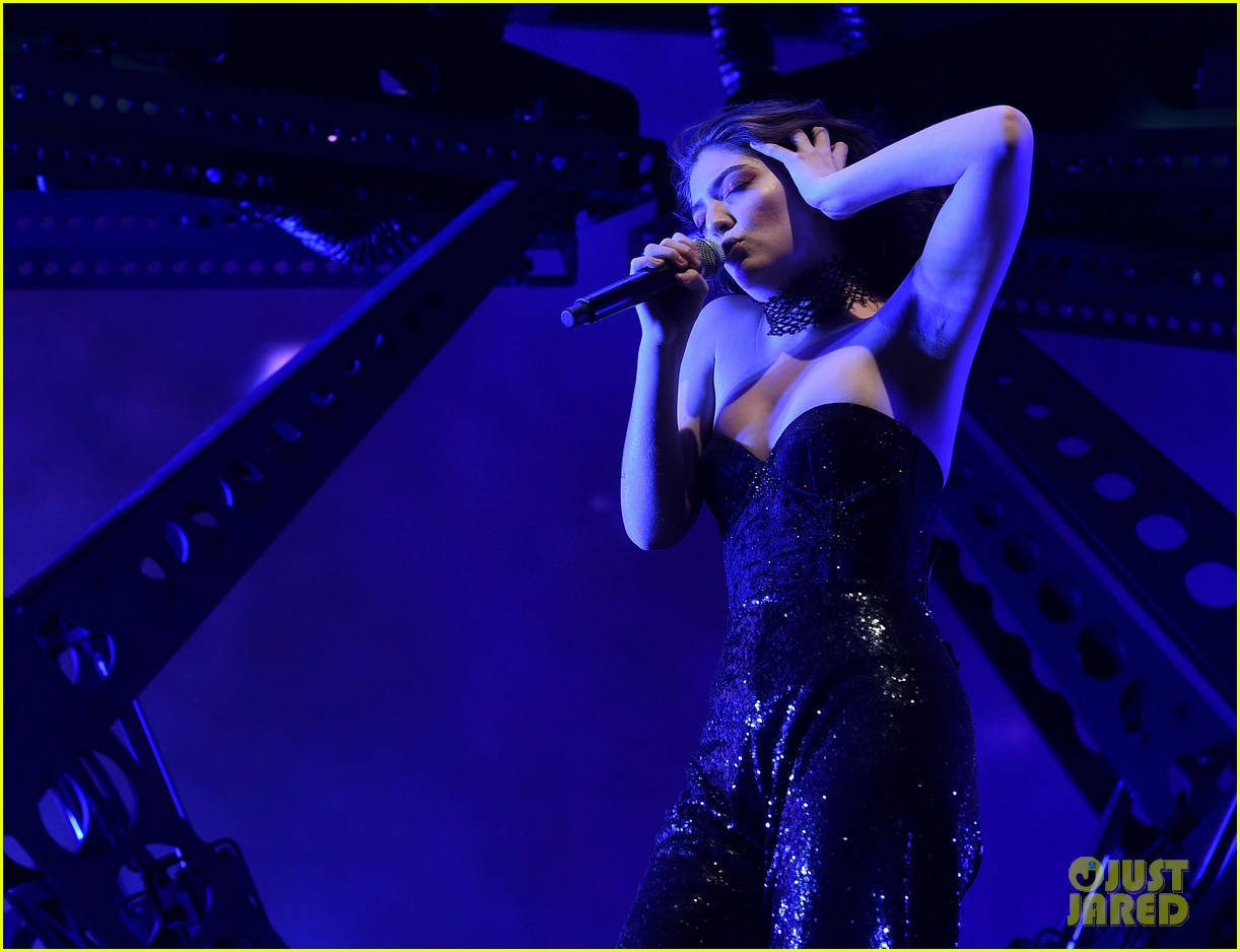 lorde performs on coachella weeknd two 03