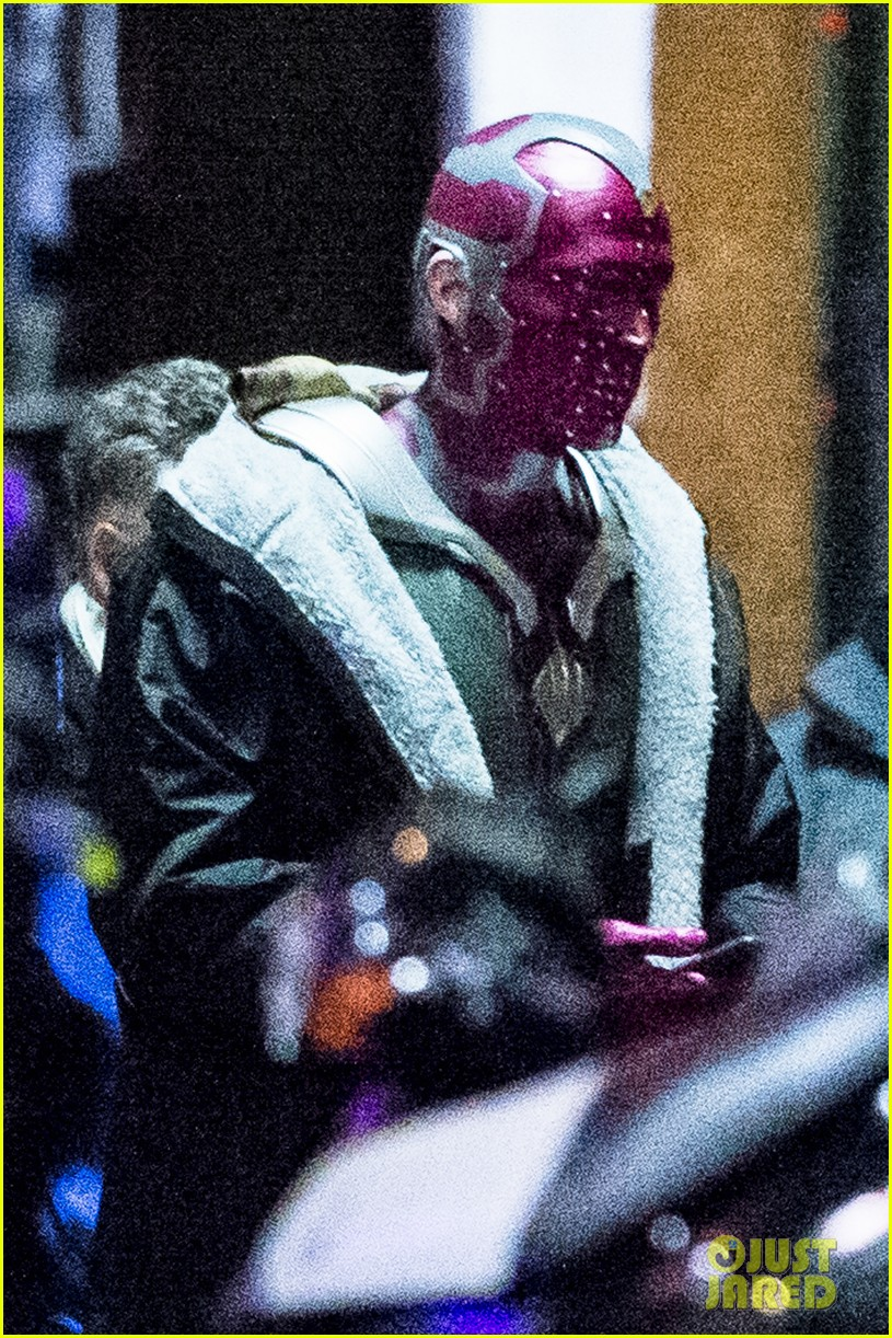 elizabeth olsen avengers infinity war paul bettany set photos 12