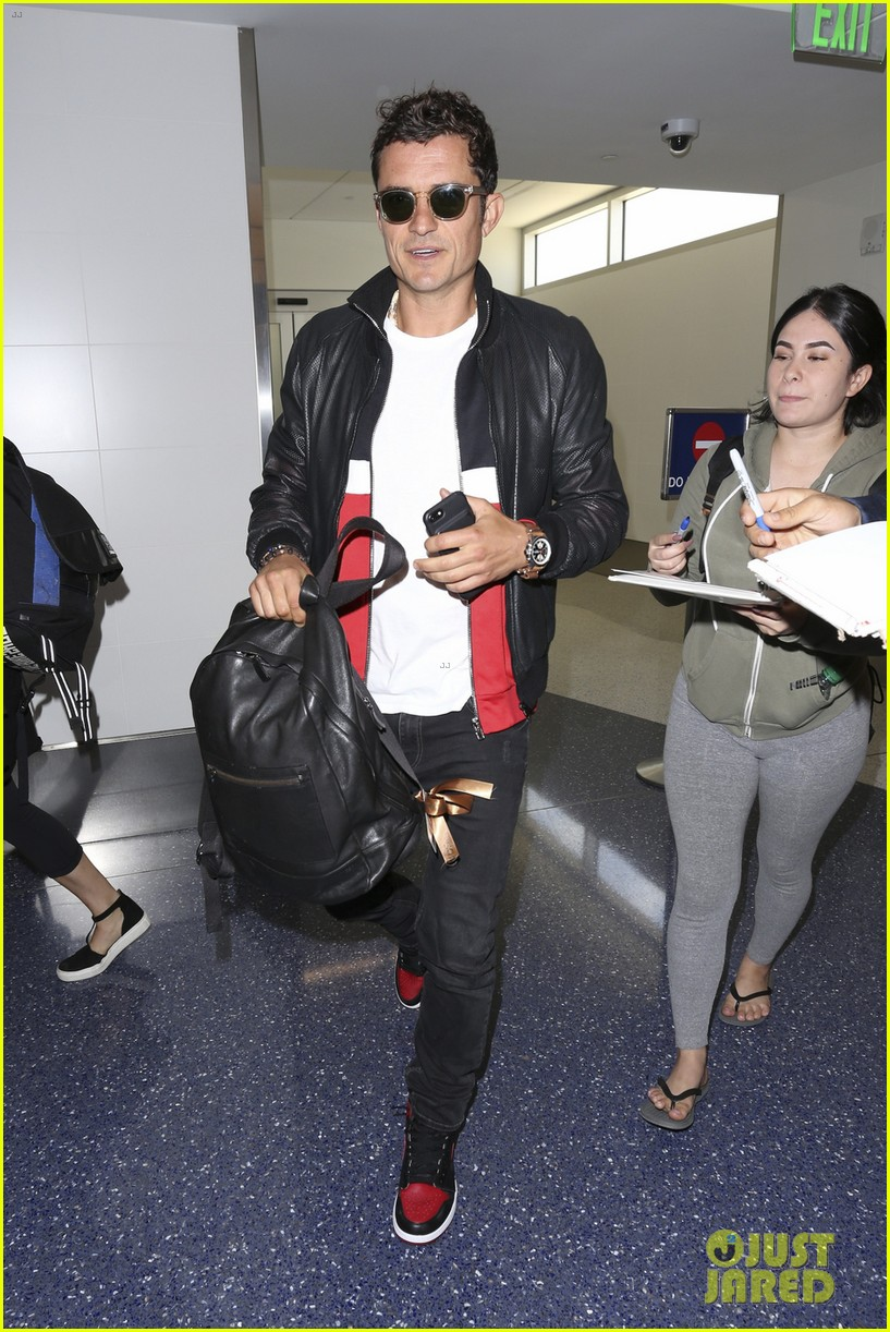 orlando bloom is all smiles arriving at lax airport013897117
