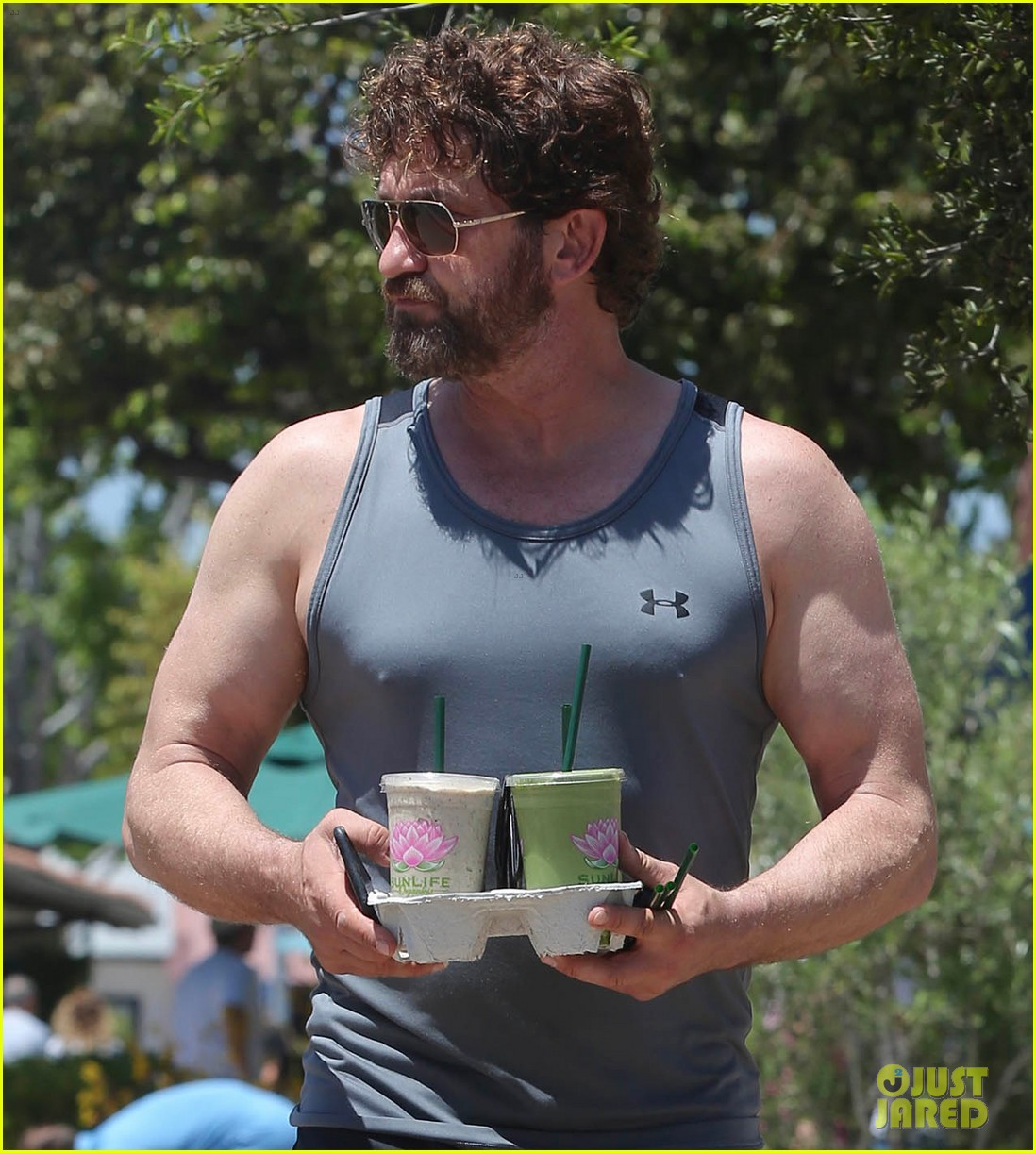 gerard butler shows off his buff biceps in la043906730
