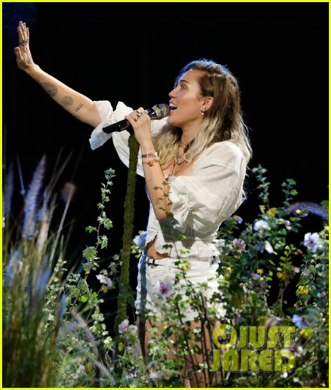 miley cyrus performs malibu on the voice finale053904483