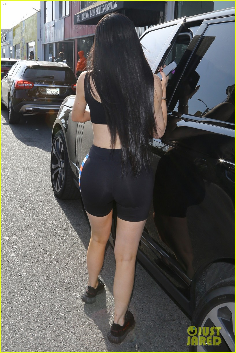 kylie jenner looks just like kim kardashian in latest outfit 023901208