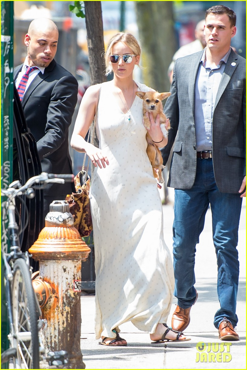 jennifer lawrence visits boyfriend darren aronofskys house with her dog 123901649