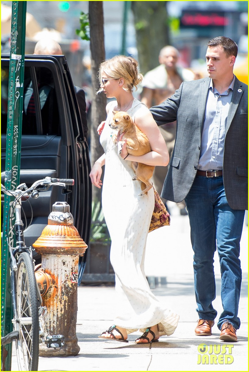 jennifer lawrence visits boyfriend darren aronofskys house with her dog 133901650
