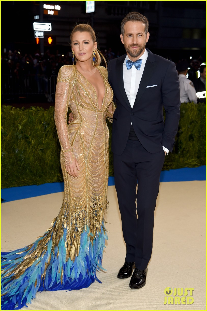 Blake Lively Flaunts Blue Feathers at Met Gala 2017 With ... блейк лайвли и райан рейнольдс