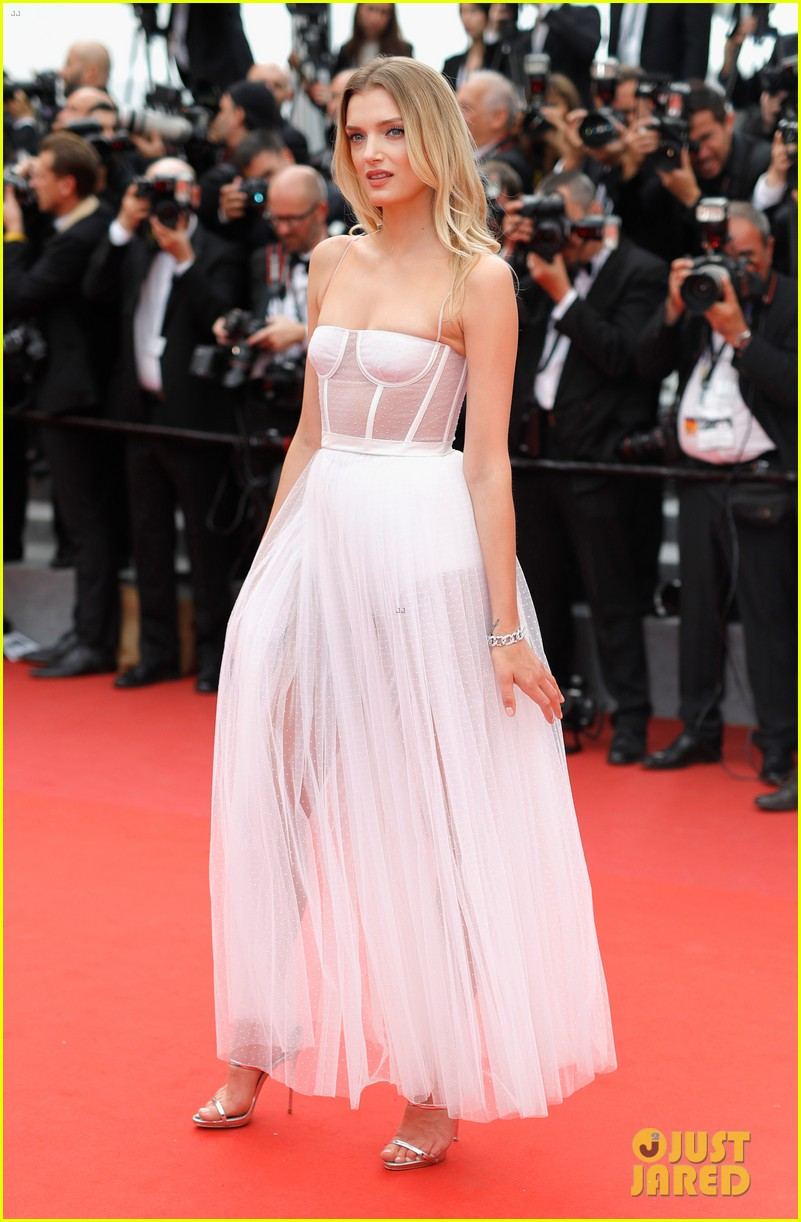 emily ratajkowski wows in peter dundas on cannes red carpet 033901166