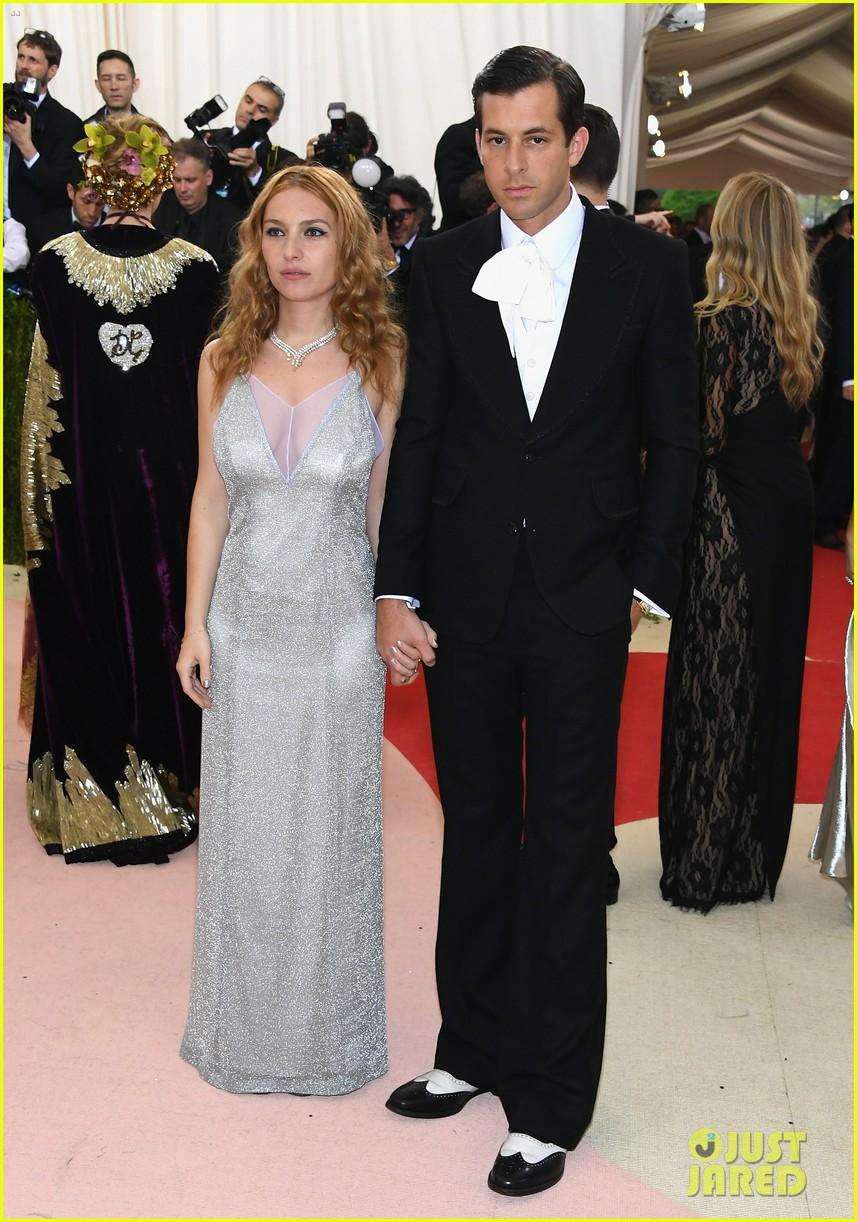 mark ronson wife josephine de la baume files for divorce053899989
