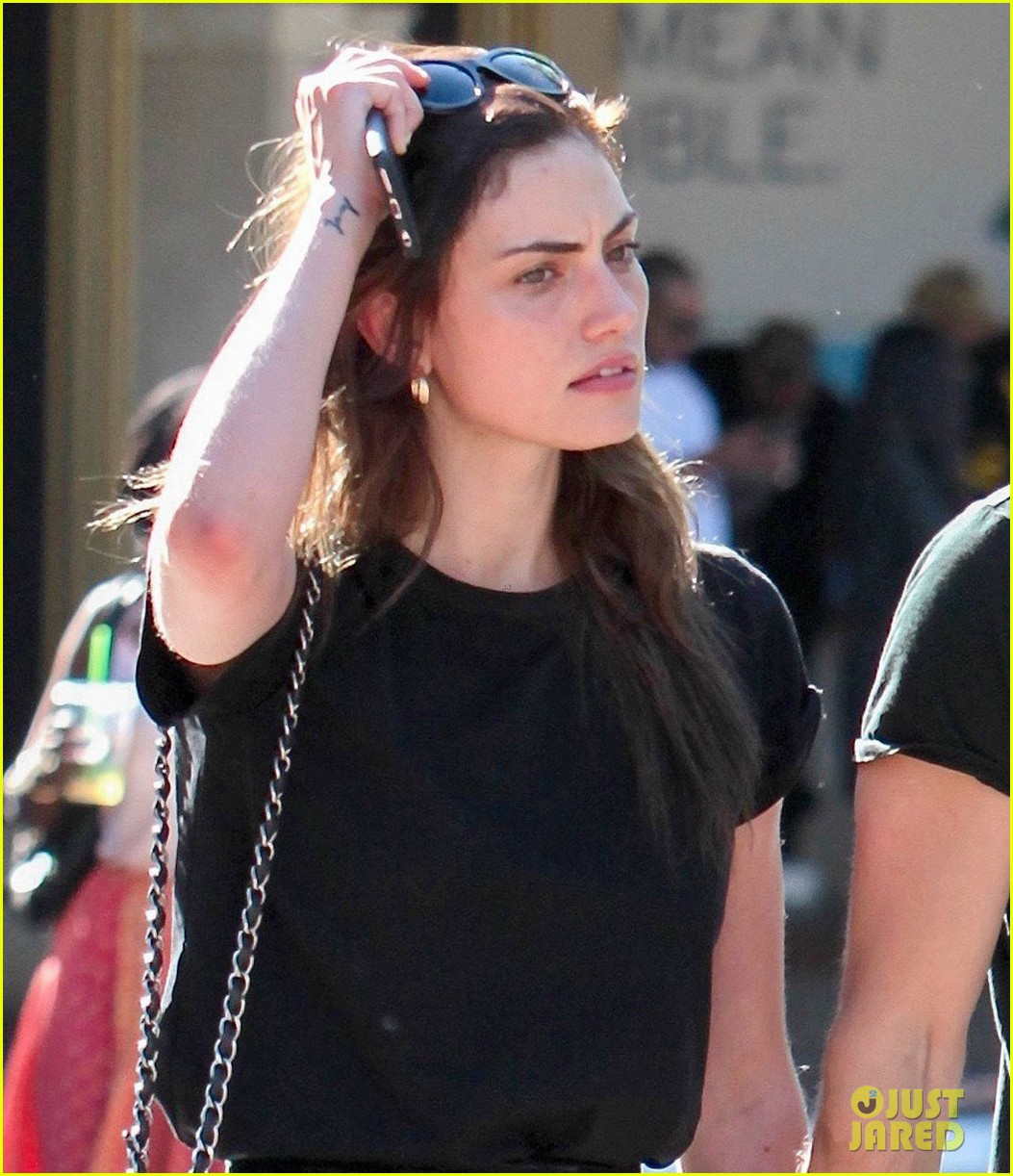 paul wesley phoebe tonkin hold hands confirm theyre back together 033894375