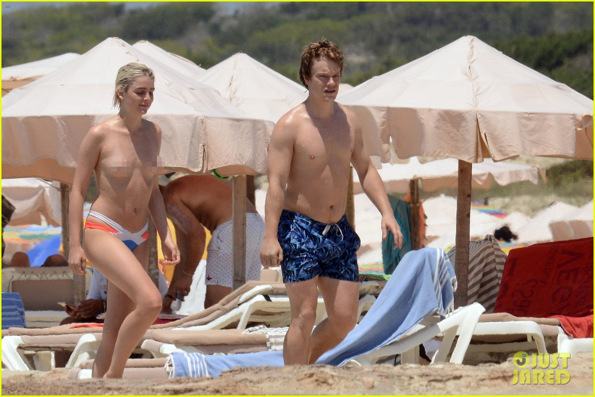 game of thrones u0026 39  alfie allen hits the beach with his