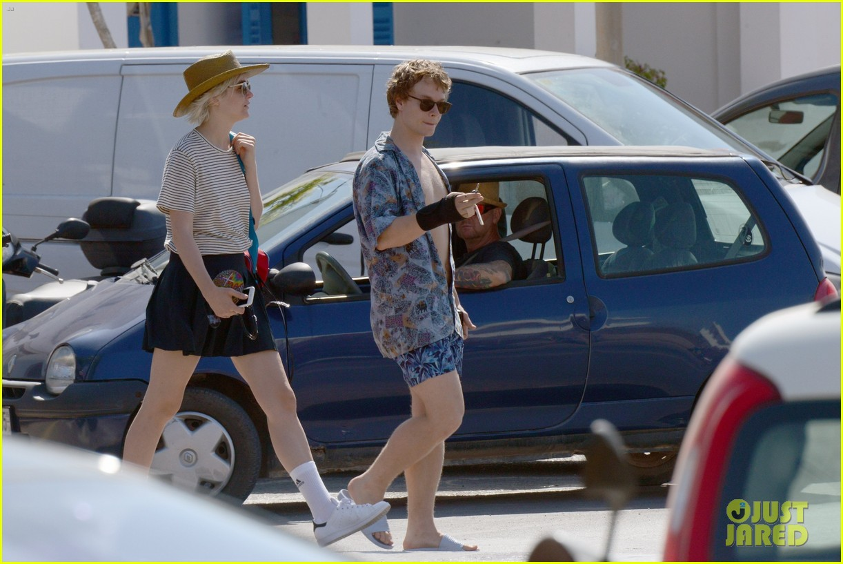 alfie allen hits the beach with his girlfriend 443915017