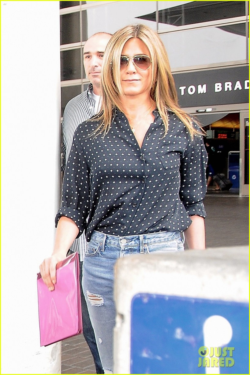 jennifer aniston arrives in la while justin theroux cruises through nyc 013918936