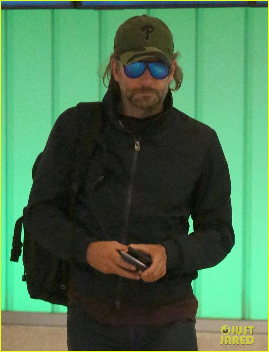 bradley cooper catches a flight home043920799
