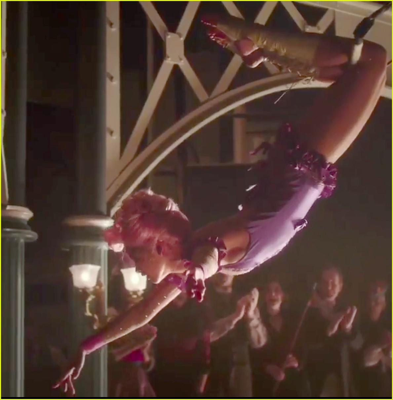 zac efron zendaya trapeze greatest showman tease 053920486