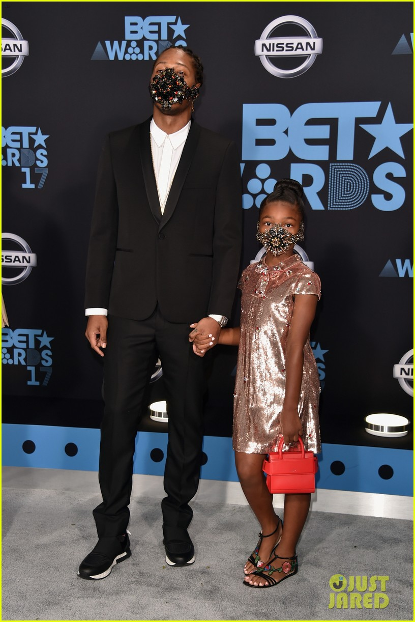 future daughter londyn wear masks to bet awards 2017053919759