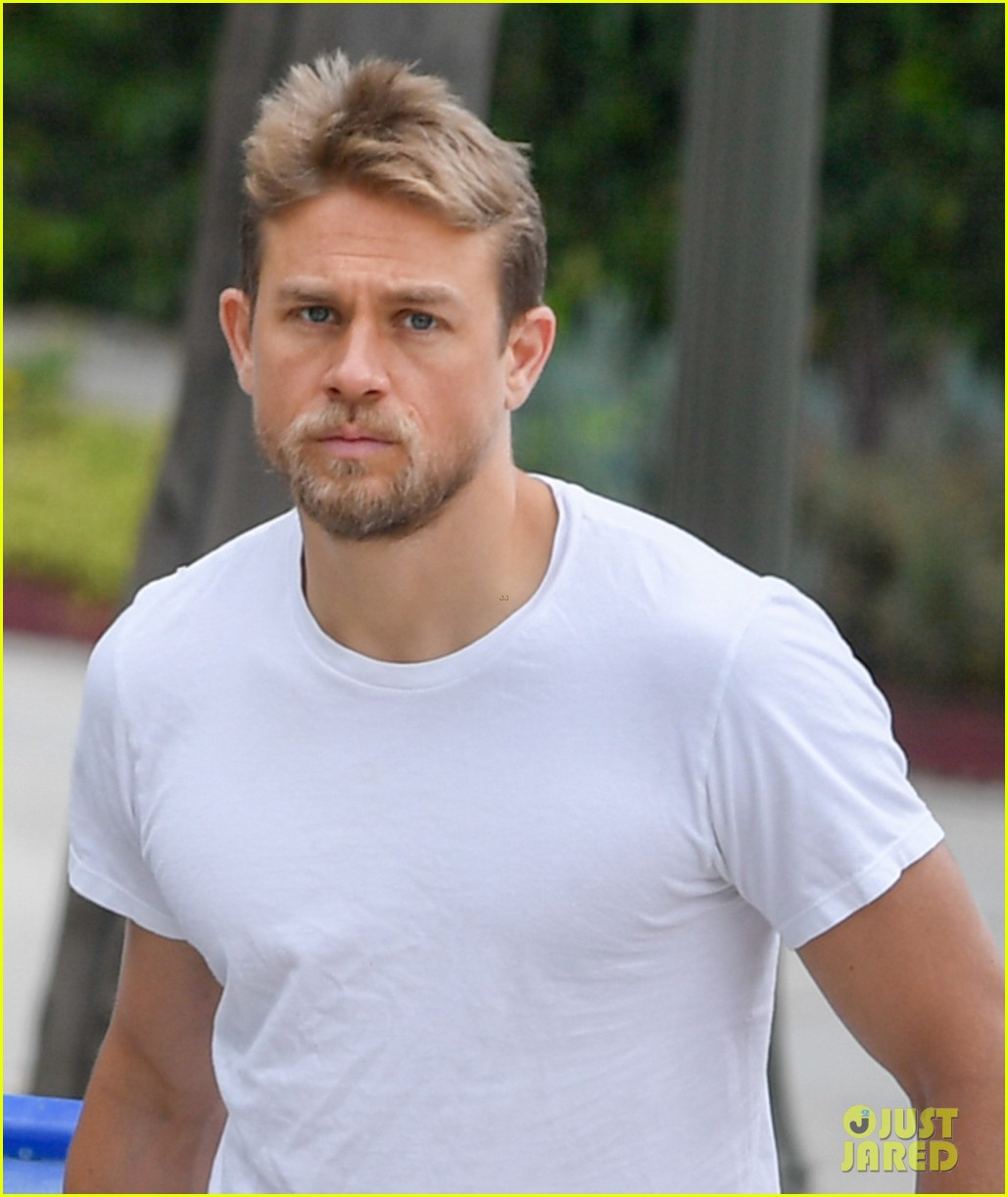 Charlie Hunnam Steps Out In Pajamas To Retrieve Trash Bin Photo 3920106 Charlie Hunnam Pictures Just Jared