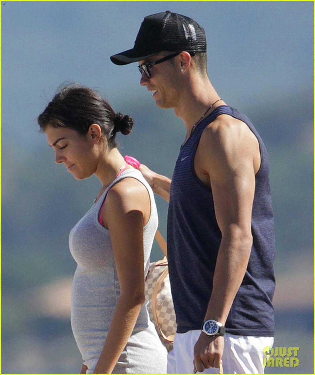 cristiano ronaldo flaunts hot body alongside girlfriend georgina rodriguez 083907998