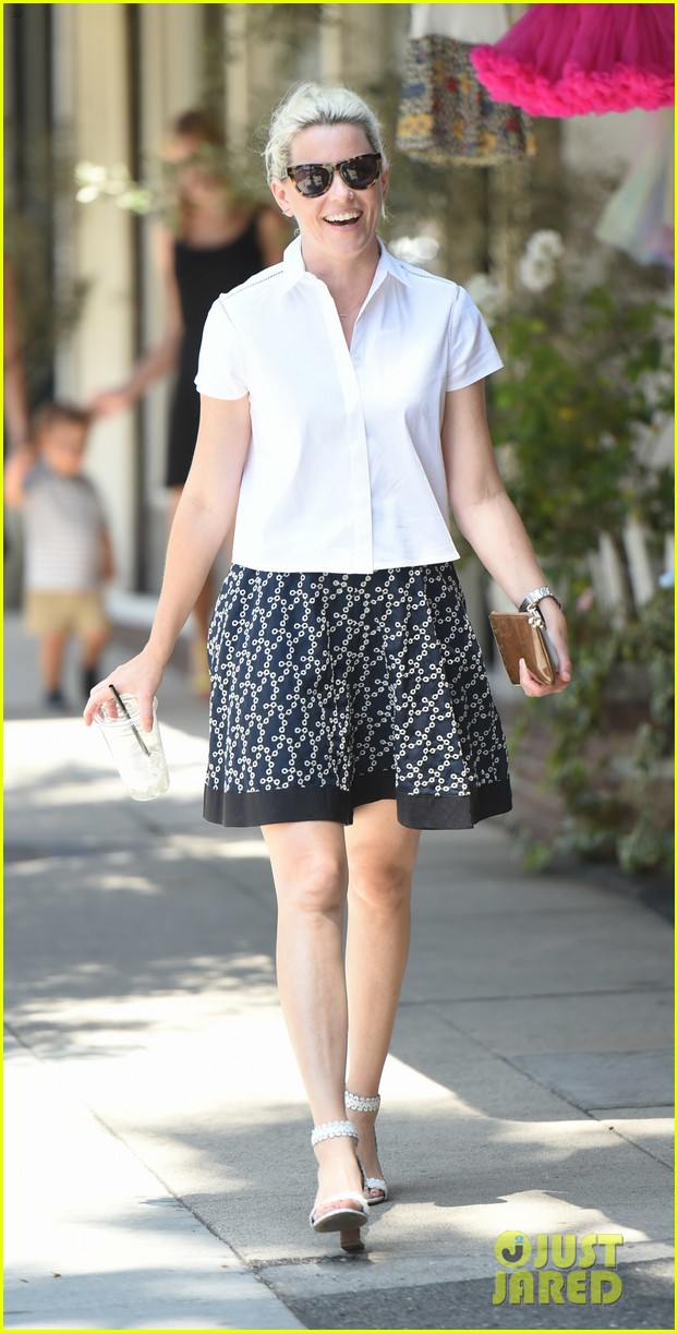 elizabeth banks steps out in skirt and heels for coffee run 01