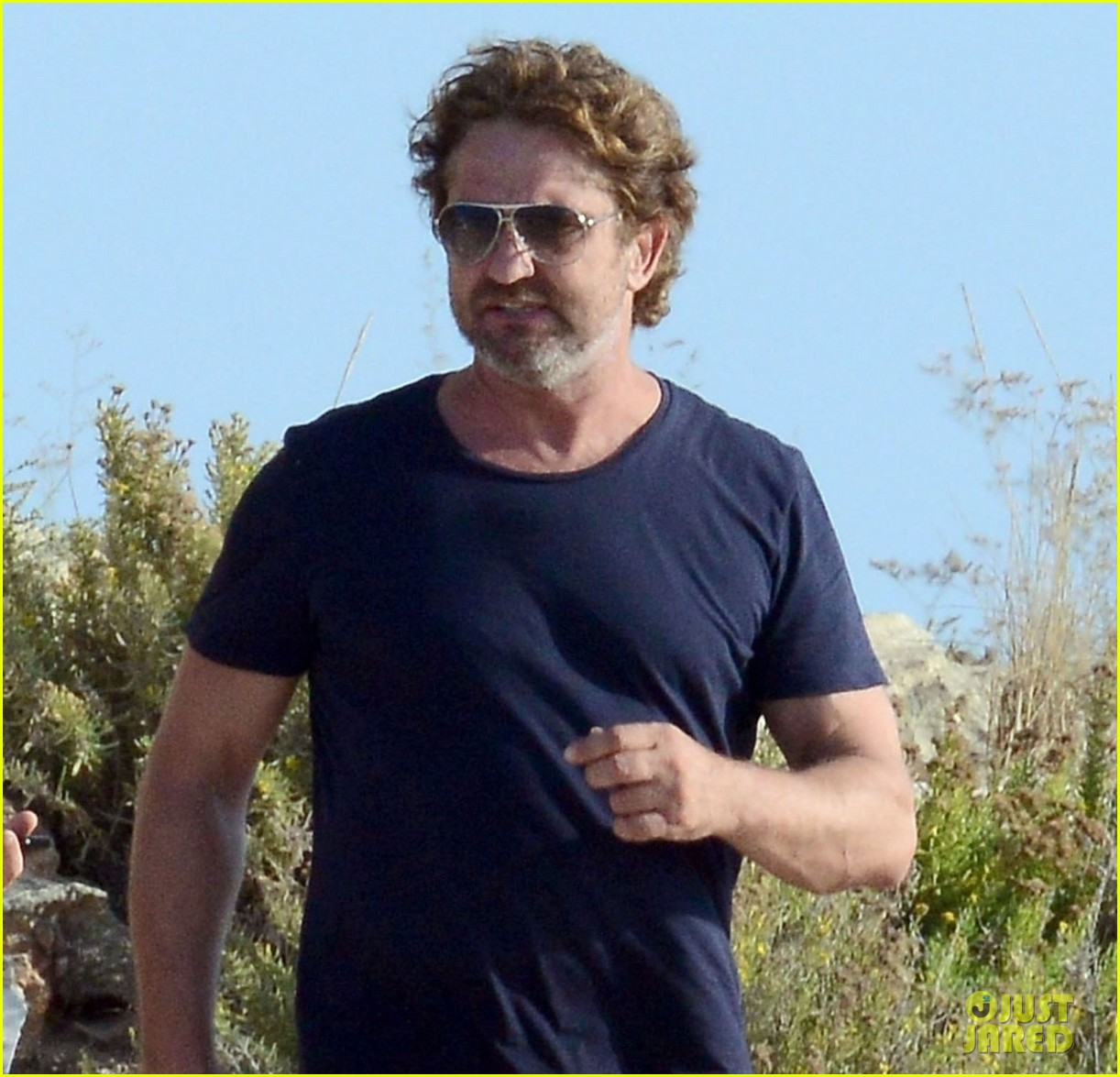 gerard butler long hair beach spain 023929044