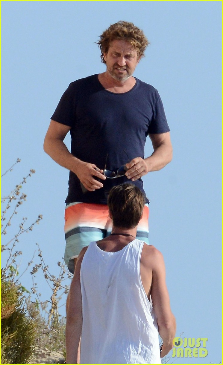 gerard butler long hair beach spain 053929047