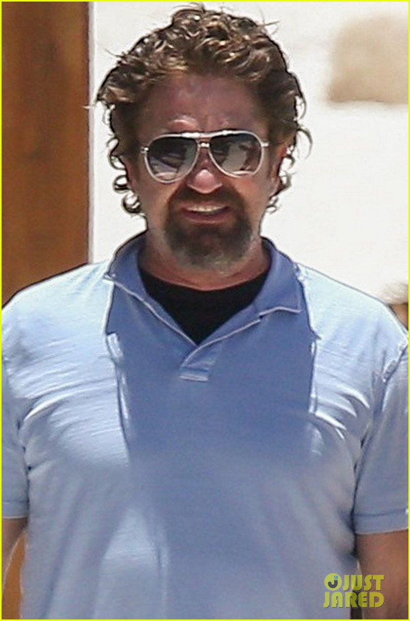 gerard butler on again gf hit the beach in mexico02