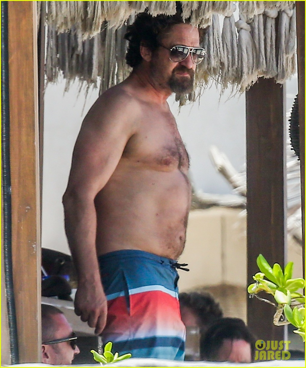 gerard butler on again gf hit the beach in mexico03