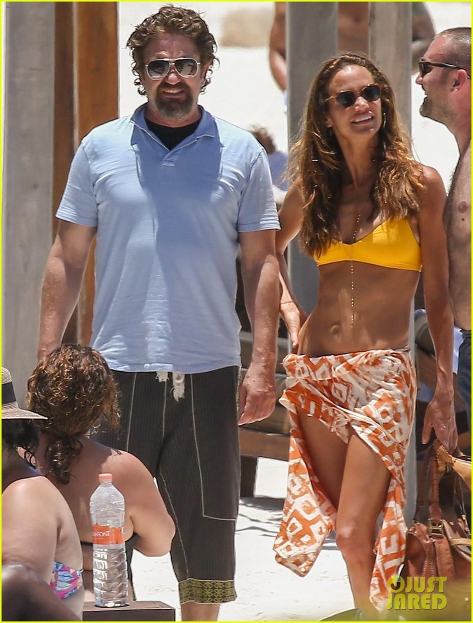 gerard butler on again gf hit the beach in mexico13